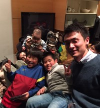 子供たちをスーパーバイズする研修医小川先生
